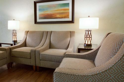 A seating area at Drury Inn & Suites St. Louis Convention Center
