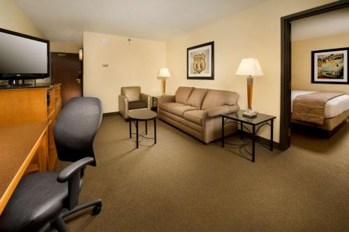 A seating area at Drury Inn & Suites Springfield