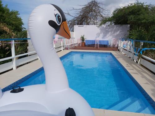 A piscina localizada em Sea Horizon Apartments ou nos arredores