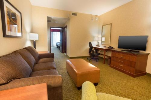 A seating area at Drury Inn and Suites Denver Central Park