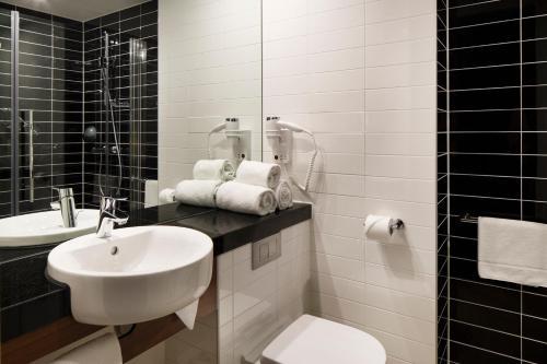 A bathroom at Holiday Inn Express Amsterdam - Sloterdijk Station, an IHG hotel