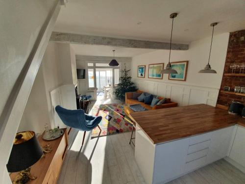 Beach dream staycation!! Newly refurbished, beautiful 2 bedroom house