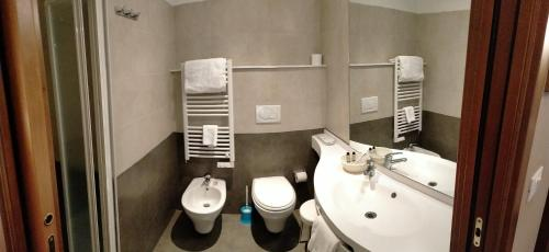 A bathroom at Hotel Alpi Resort