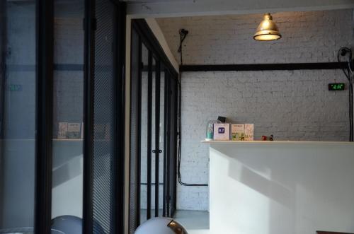The lobby or reception area at 3Howw Hostel Khaosan