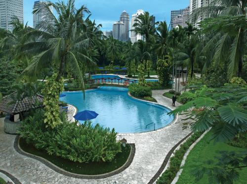 A view of the pool at Shangri-La Hotel Jakarta or nearby