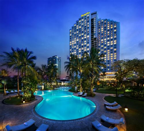 The swimming pool at or close to Shangri-La Hotel Jakarta