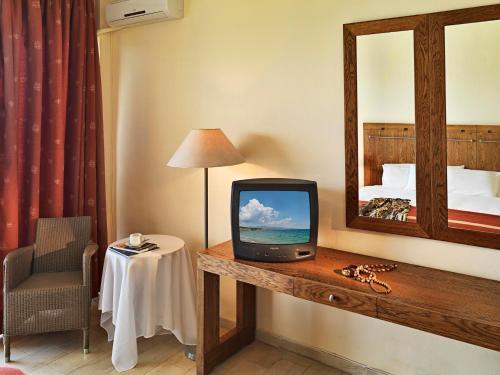 Télévision ou salle de divertissement dans l'établissement Kalamaki Beach Resort