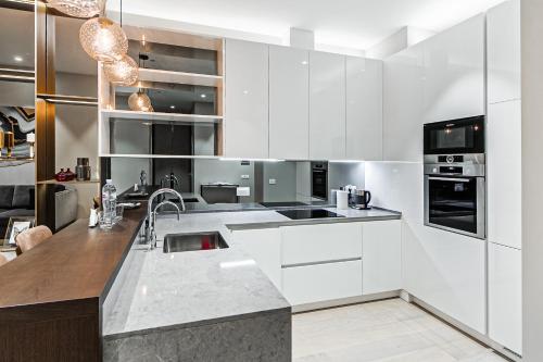 """Кухня или мини-кухня в Sky Luxury """"Suite"""", Отельные апартаменты 60 Этаж - Башня Нева"""