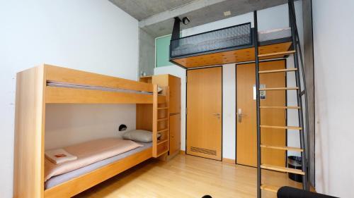 Ein Etagenbett oder Etagenbetten in einem Zimmer der Unterkunft Solothurn Youth Hostel
