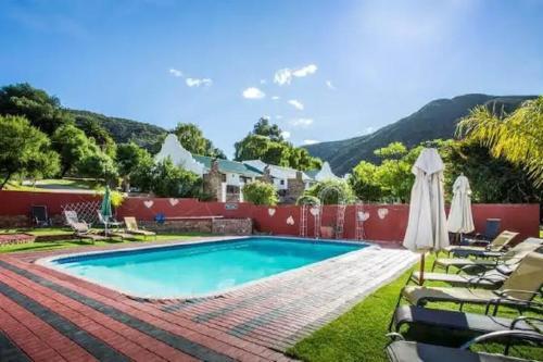Der Swimmingpool an oder in der Nähe von Old Mill Lodge & Restaurant