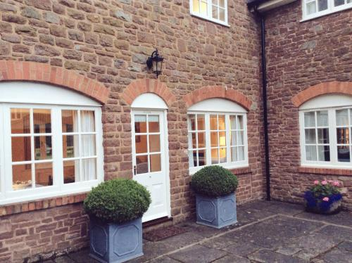 Romantic Cottage Set in Stunning Gardens