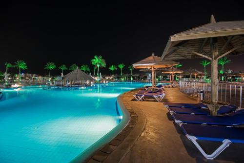 المسبح في Sunrise Royal Makadi Resort أو بالجوار