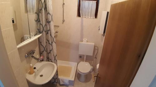 A bathroom at Apartmani Ždrelac