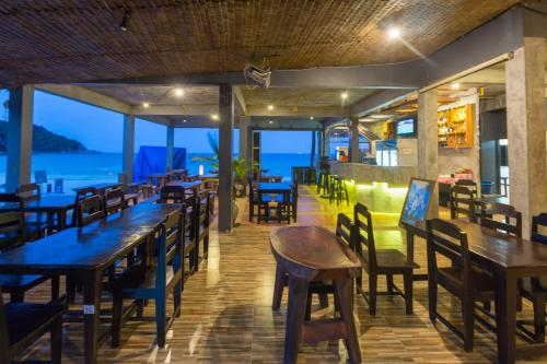 A restaurant or other place to eat at Sunrise Resort - Koh Phangan