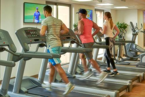 The fitness centre and/or fitness facilities at Bahi Ajman Palace Hotel