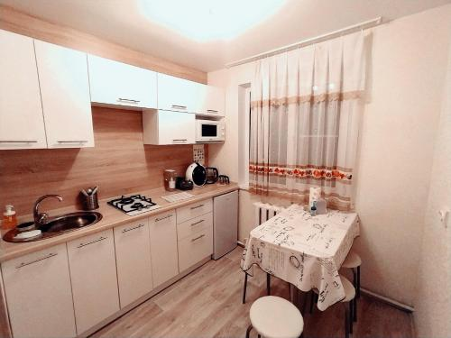 Кухня или мини-кухня в Apartment in Prospekt Stroiteley