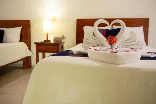 Een bed of bedden in een kamer bij Hotel la Aldea del Halach Huinic
