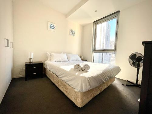 A bed or beds in a room at Readyset Apartments at Liberty