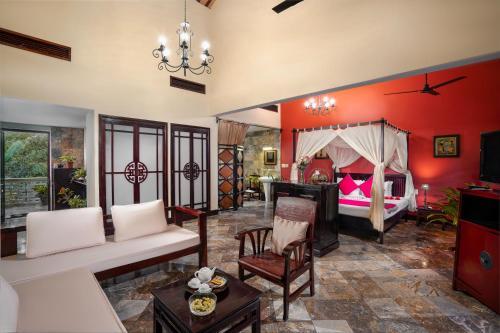 Een zitgedeelte bij Le Belhamy Beach Resort & Spa, Hoi An