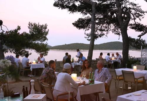 Un restaurante o sitio para comer en Lesic Dimitri Palace