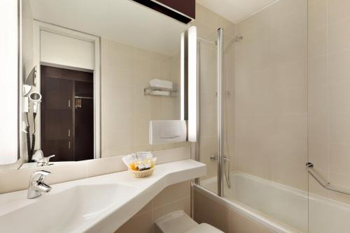 A bathroom at Ramada Nürnberg Parkhotel
