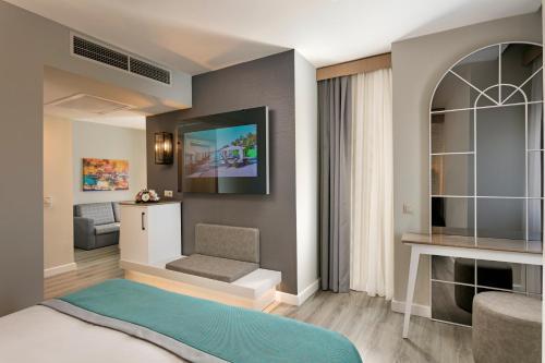 Een TV en/of entertainmentcenter bij Limak Arcadia Golf Resort - 2 children Free up to age 14
