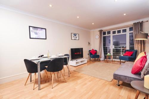 Coventry - Luxury 2 Bed Apartment, Central, Parking - Sleeps 5