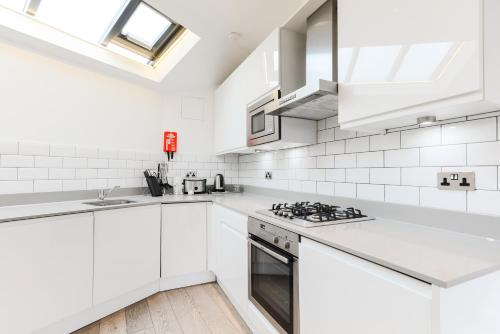 A kitchen or kitchenette at Trafalgar Square Apartments