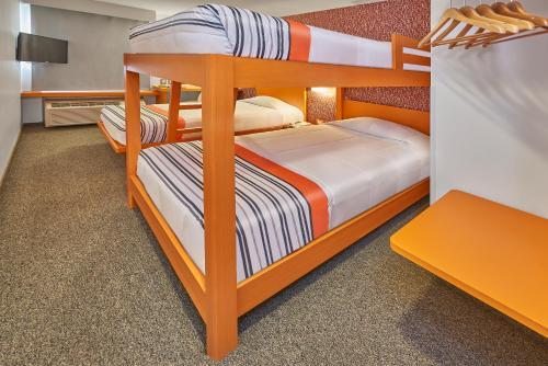 Een stapelbed of stapelbedden in een kamer bij City Express Junior Tijuana Otay