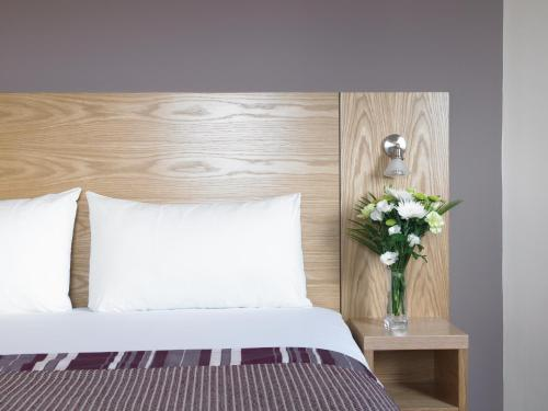 A bed or beds in a room at Jurys Inn Aberdeen