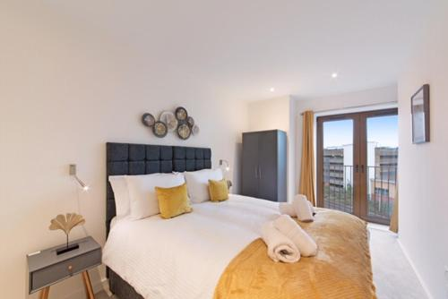 A bed or beds in a room at Book Today - 1 & 2 Bedroom Apartments Available with LillyRose Serviced Apartments St Albans, Free Car Park & Free Wifi