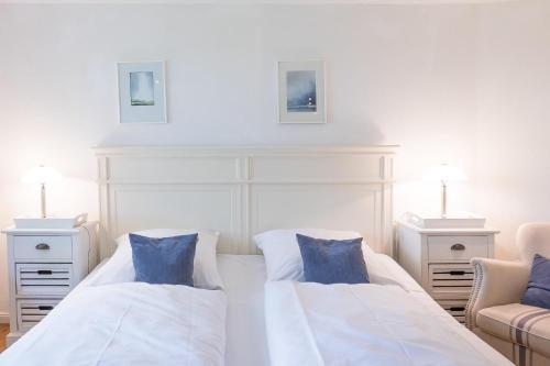 Ein Bett oder Betten in einem Zimmer der Unterkunft Wellnesswarft Waygaard Ost