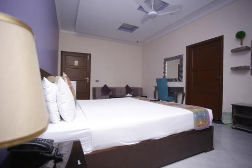 A bed or beds in a room at Al Burhan Express Hotel