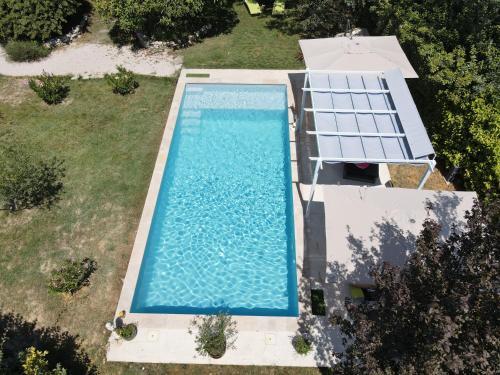 Vue sur la piscine de l'établissement La belle histoire Gîte Montmirail ou sur une piscine à proximité