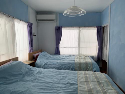 Cozy Penguin Houseにあるベッド