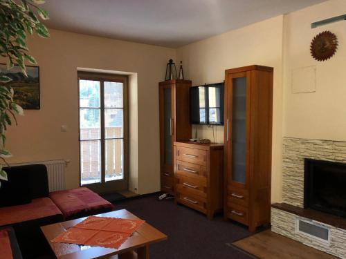 TV a/nebo společenská místnost v ubytování Chata Bajana