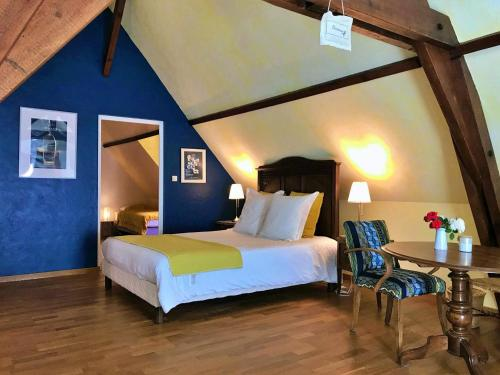 A bed or beds in a room at Domaine de Joreau