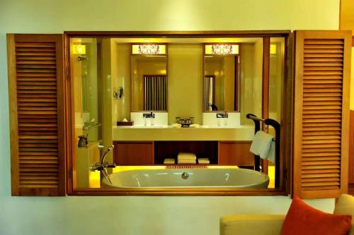 A bathroom at Tanjung Rhu Resort