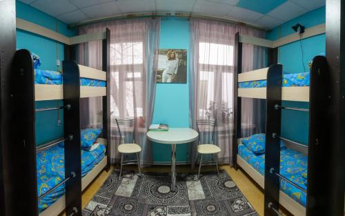 Двухъярусная кровать или двухъярусные кровати в номере Hostel Den' & Noch'