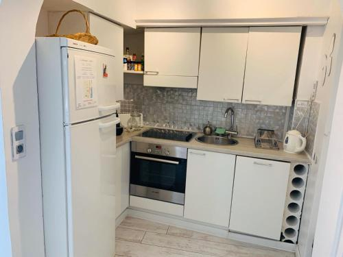 A kitchen or kitchenette at Les Remparts Antibes Location