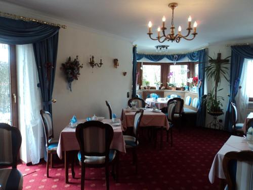 Een restaurant of ander eetgelegenheid bij Hotel Garni Demmel