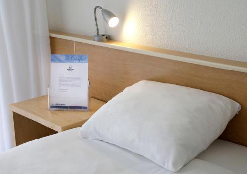 Een bed of bedden in een kamer bij City hotel Terneuzen