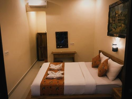 A bed or beds in a room at Kubu Loris Residence