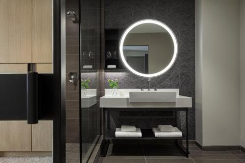 A bathroom at Kimpton Sawyer Hotel