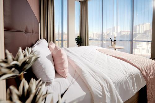 Кровать или кровати в номере Golden Tulip Краснодар