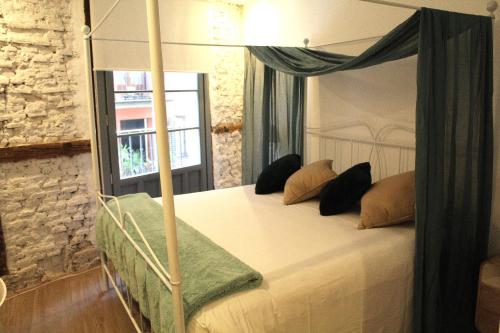 A bed or beds in a room at Pension Luxury Lo Bilbao