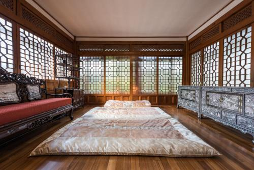 A bed or beds in a room at Bonum 1957 Hanok and Boutique