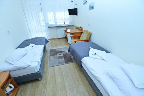 "A bed or beds in a room at Ośrodek Konferencyjno-Wypoczynkowy ""Posejdon"" w Ustce"