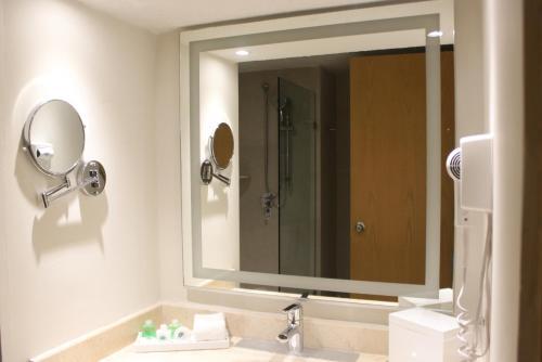 A bathroom at Royal Solaris Cancun-All Inclusive