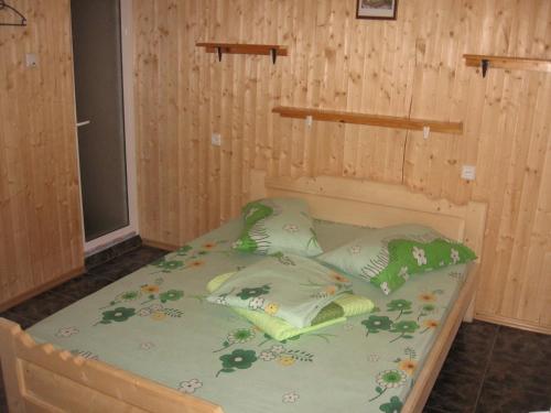Un pat sau paturi într-o cameră la Casa Pinciuc Costinesti